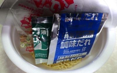 5/15発売 ご当地マシマシ タレ濃いめ&麺大盛 東京油そば(内容物)