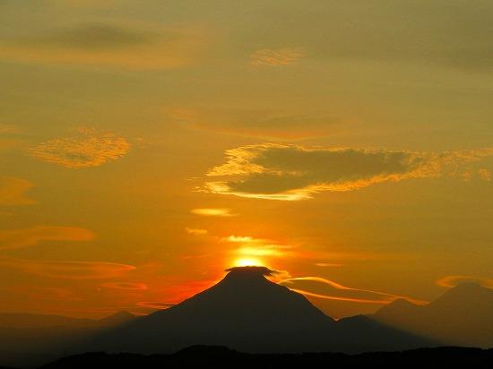 由布岳の天辺に沈む太陽