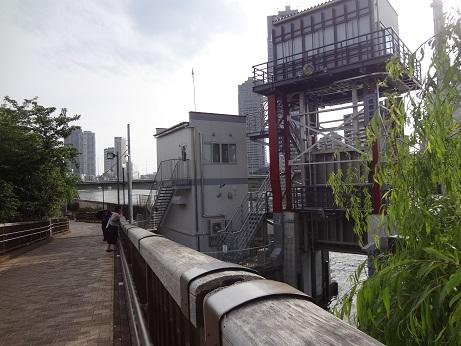 住吉小橋から住吉水門を見る