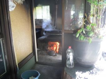 大の入り饅頭窯で蒸している170528