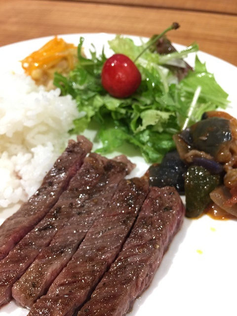 つるおか食文化市場 FOODEVER 肉バル Yaku禄 ビーフステーキワンプレートランチ