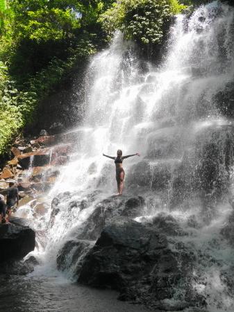 滝でポーズ