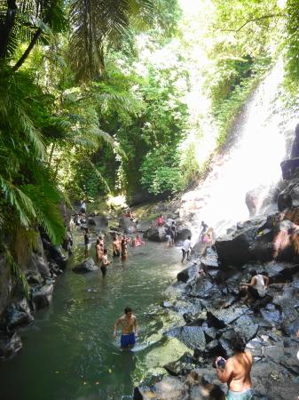 滝の下は浅瀬