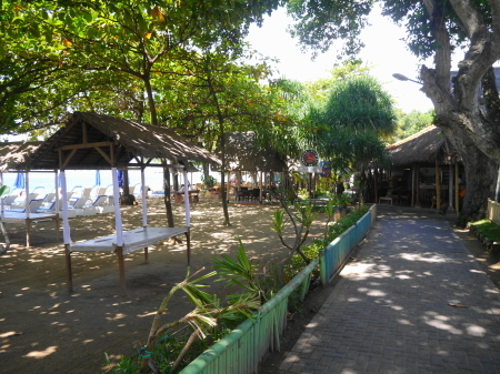ビーチ沿いの散策