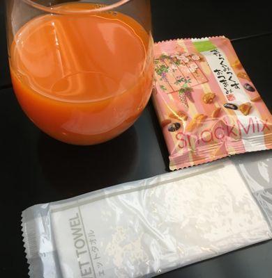 伊丹空港ANAラウンジ 野菜ジュースとおかき