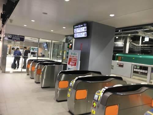 新函館北斗駅 スグに乗り換え改札口があります