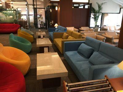 ネスタリゾート神戸 綺麗な椅子が並ぶロビーの雰囲気