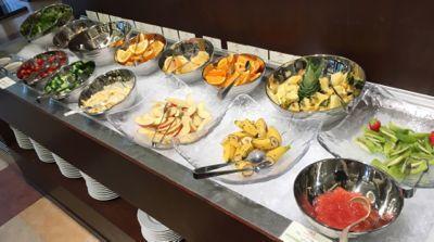 朝食ブッフェ サラダとフルーツコーナー