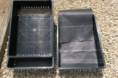 左・苗箱、右・防草シートを底敷に