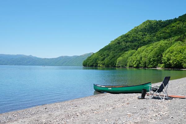 新緑の支笏湖の蒼さ01