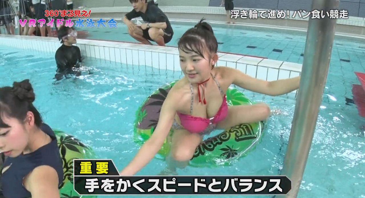 フジテレビ「360°まる見え!VRアイドル水泳大会」のキャプチャ画像(ビキニの水着で浮き輪にまたがる天木じゅん)