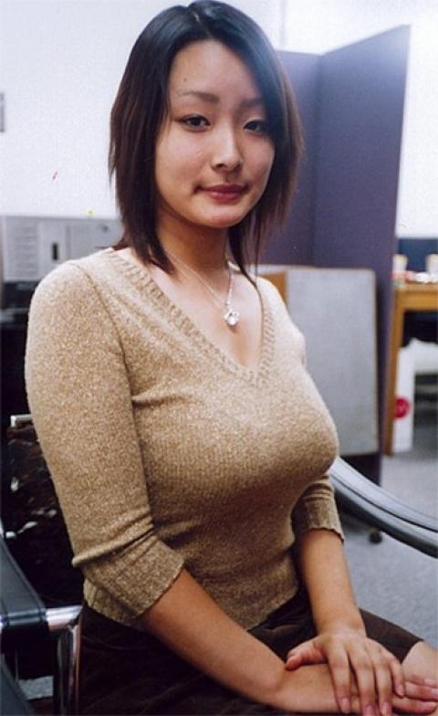 ニットを着たブス巨乳