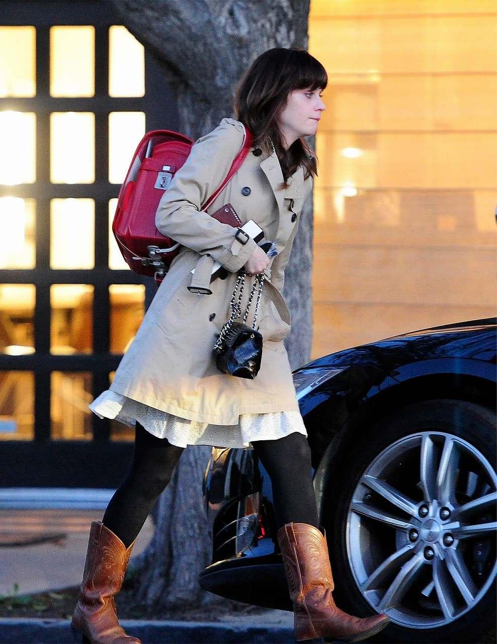 ランドセルを背負ったハリウッド女優のズーイー・デシャネル