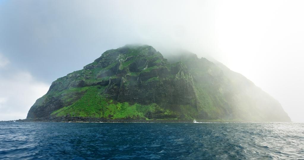 雨に霞む南硫黄島