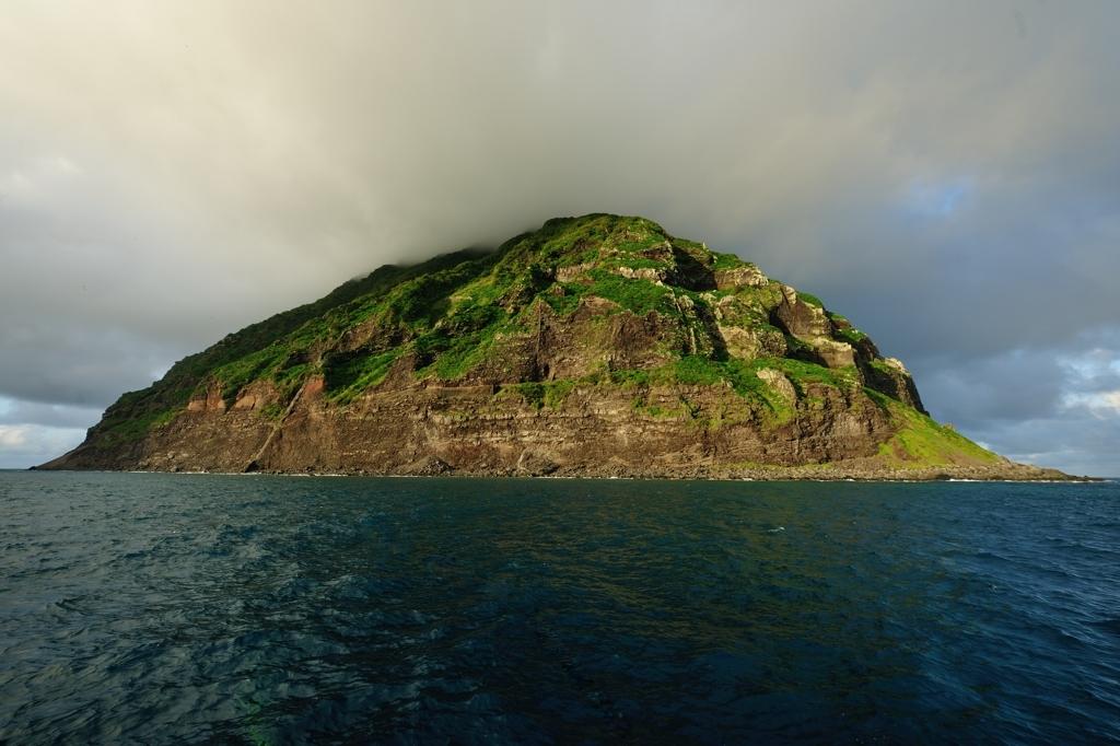 夕陽を浴びる南硫黄島