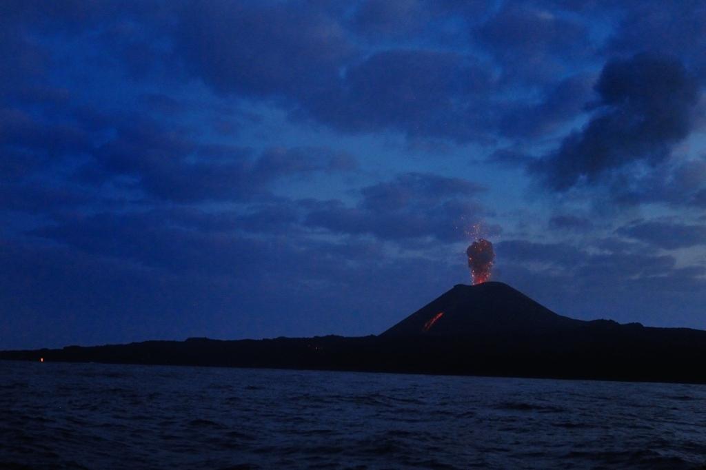 噴火する西之島