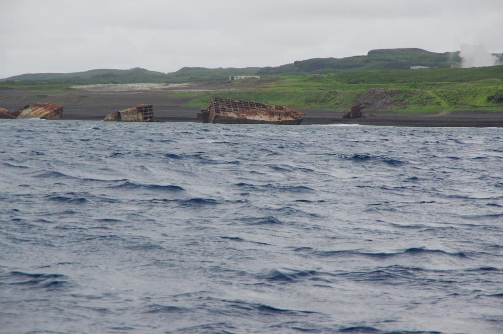 硫黄島の砂浜に残る米軍船の残骸