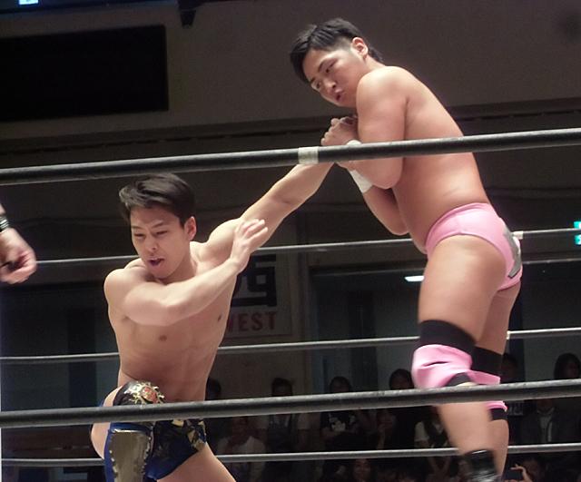 若者同士のレスリング