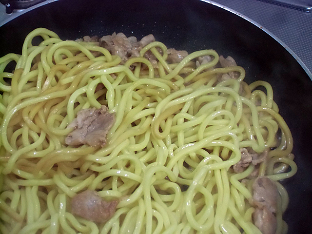 豚の脂で太麺を焼く