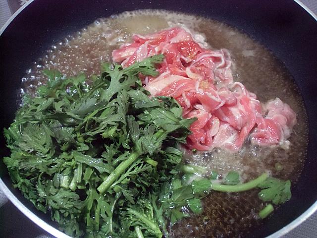 鍋に牛肉と菊