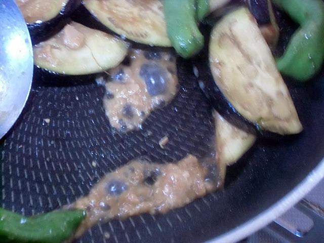 麺つゆと味噌を溶き