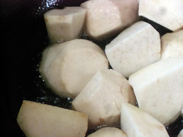 里芋を揚げる