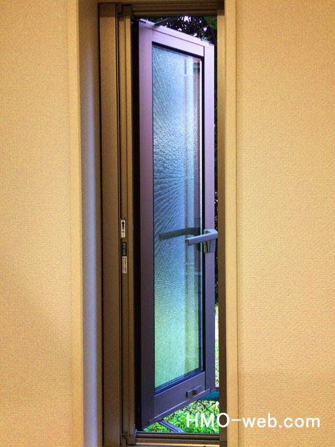 押し開きの窓ガラス