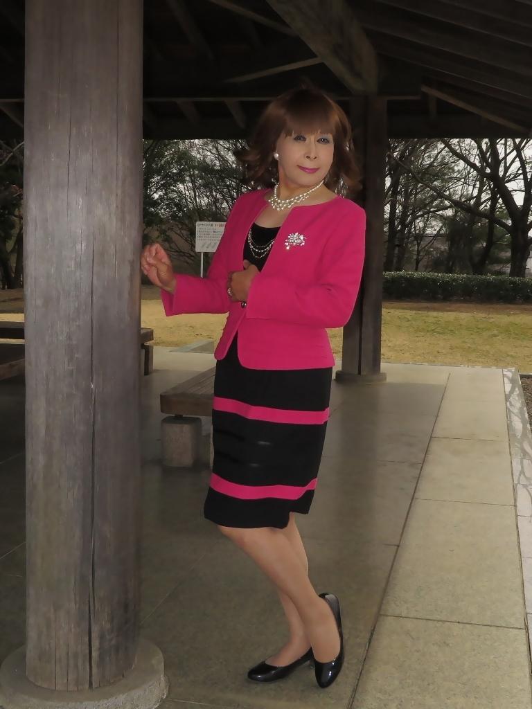 ピンクと黒のスーツ公園A(1)