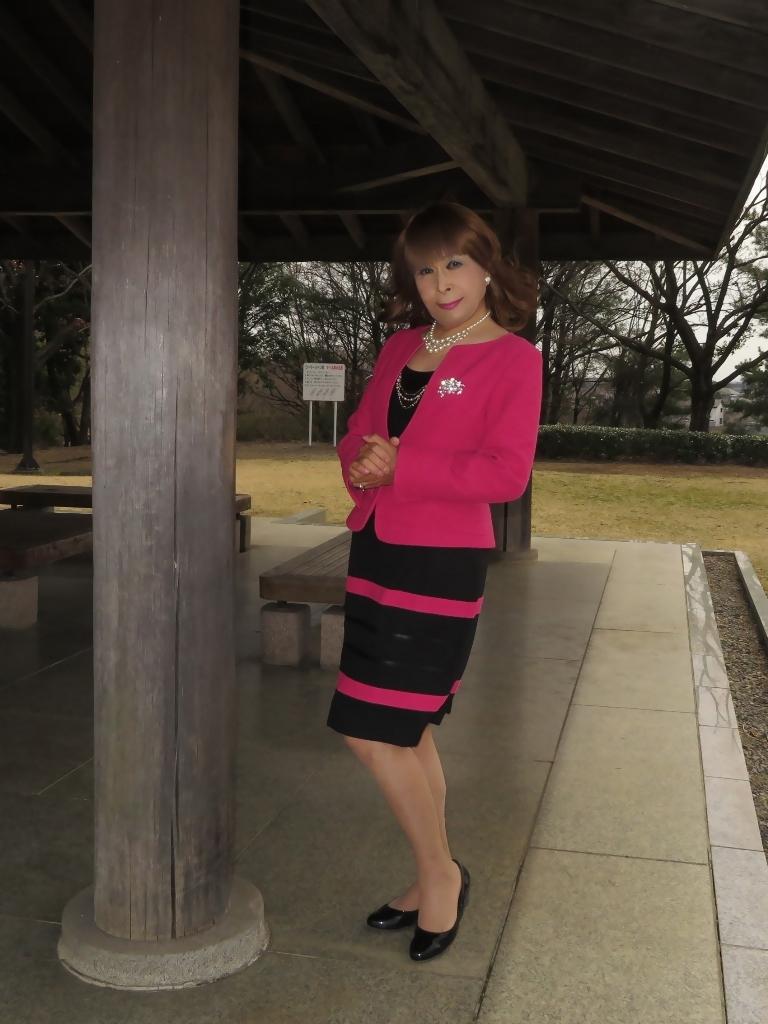 ピンクと黒のスーツ公園A(3)