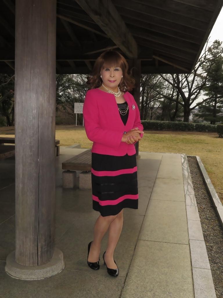 ピンクと黒のスーツ公園A(2)