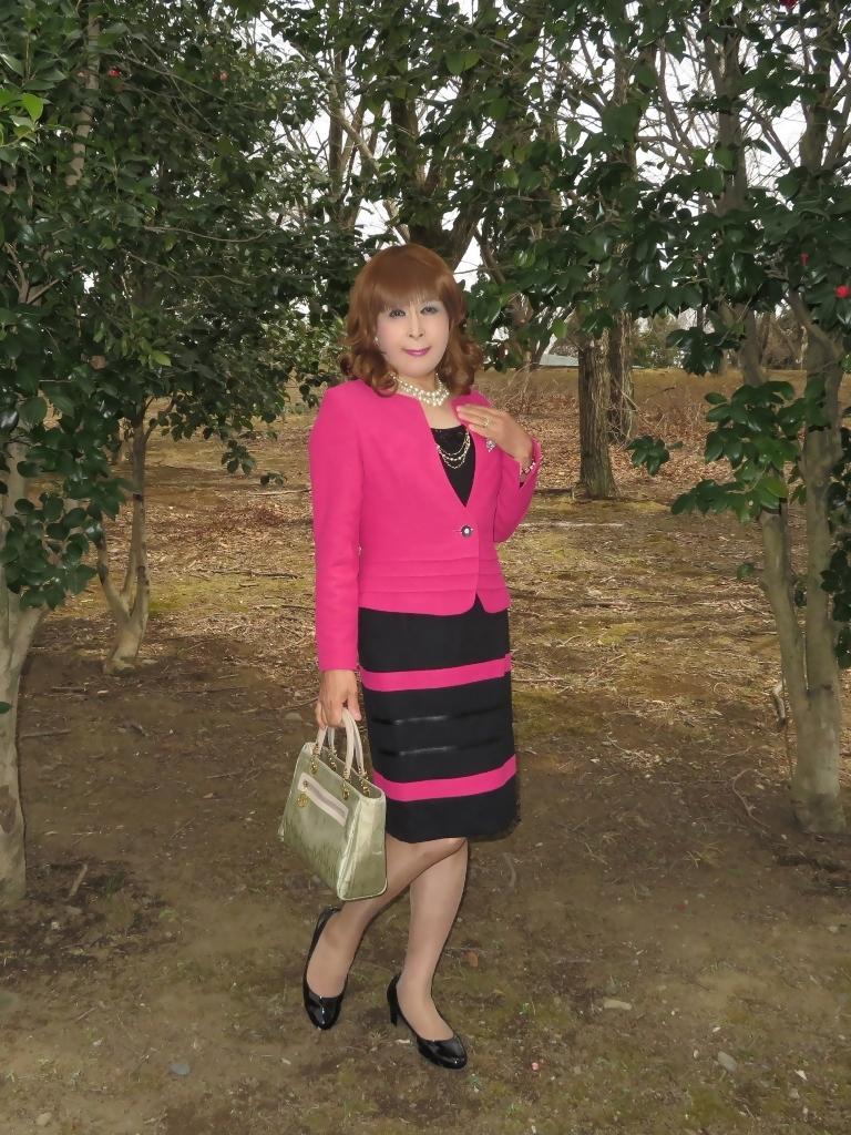 ピンクと黒のスーツ公園A(4)