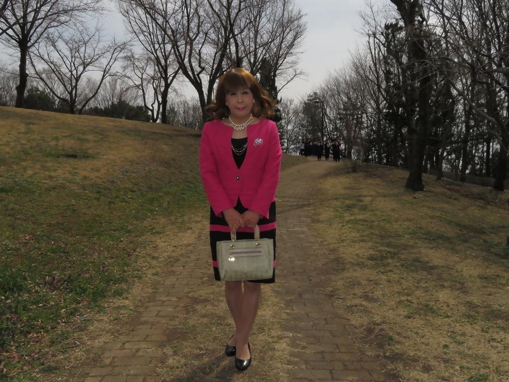 ピンクと黒のスーツ公園A(8)