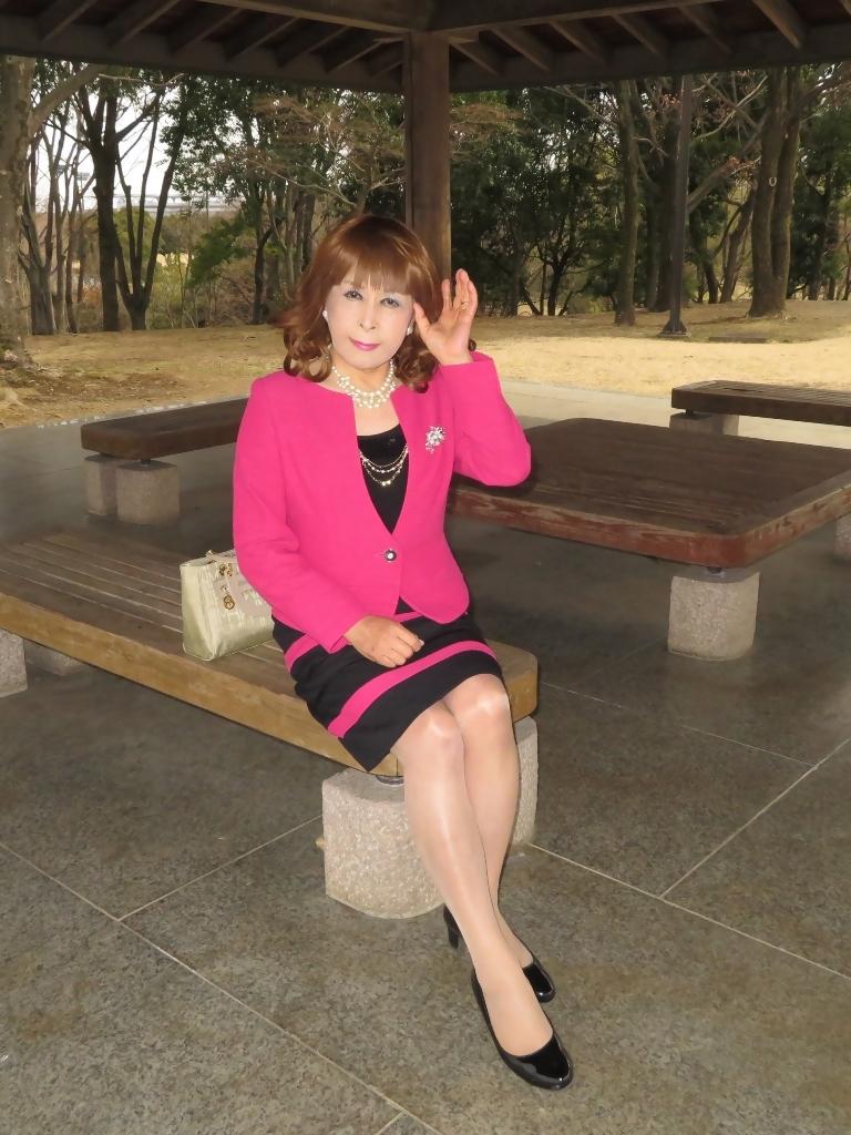 ピンクと黒のスーツ公園B(1)