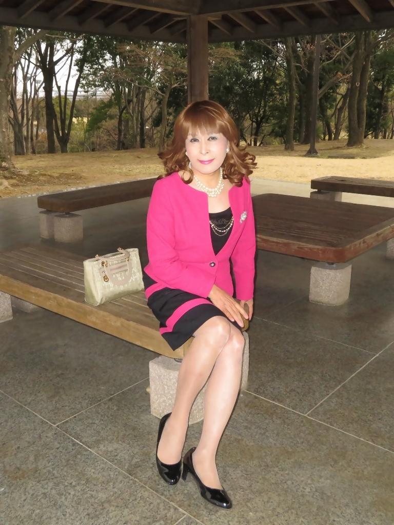 ピンクと黒のスーツ公園B(3)