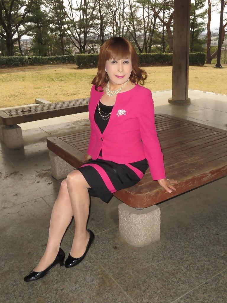 ピンクと黒のスーツ公園B(7)