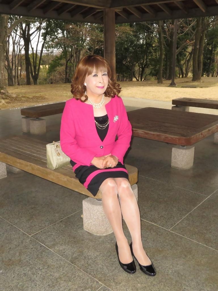 ピンクと黒のスーツ公園B(2)