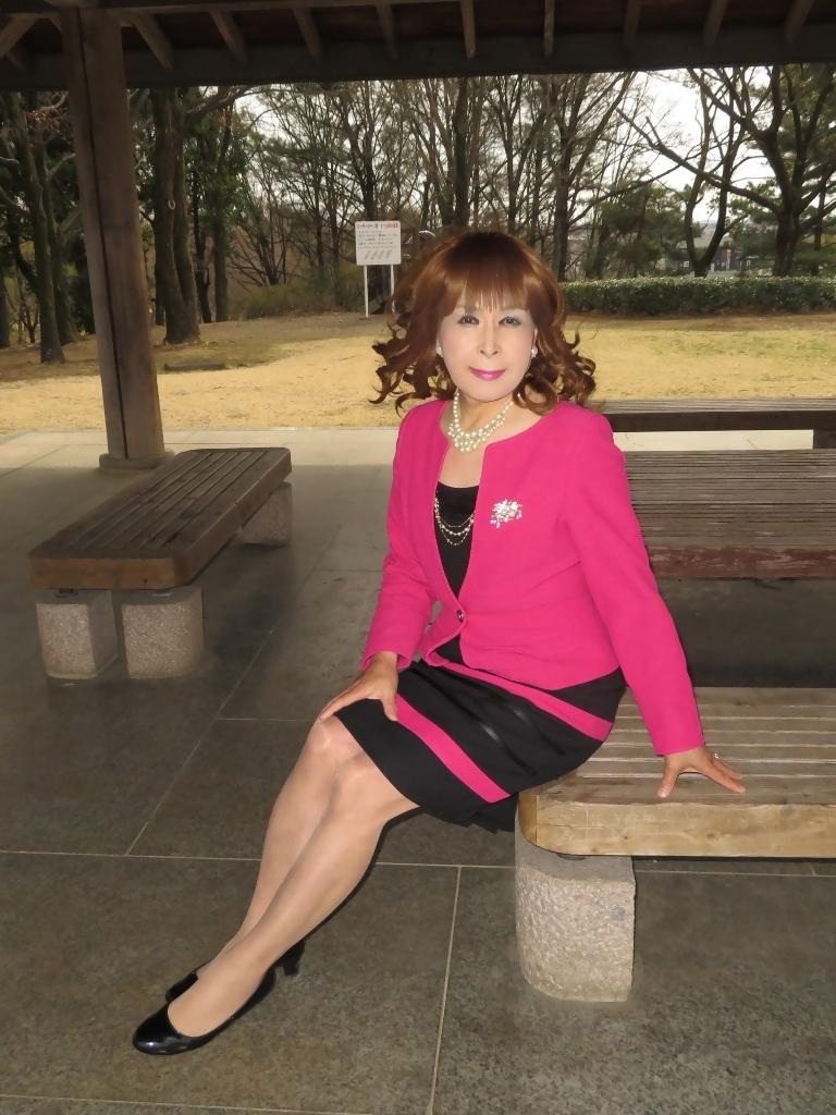 ピンクと黒のスーツ公園B(5)