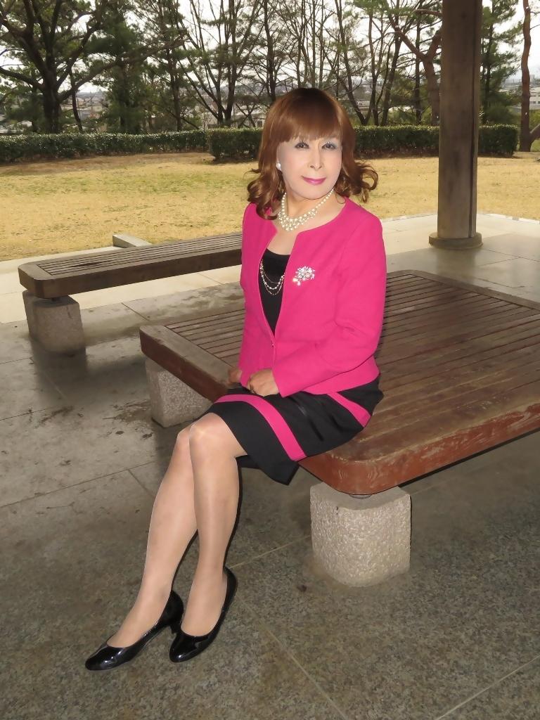 ピンクと黒のスーツ公園B(8)