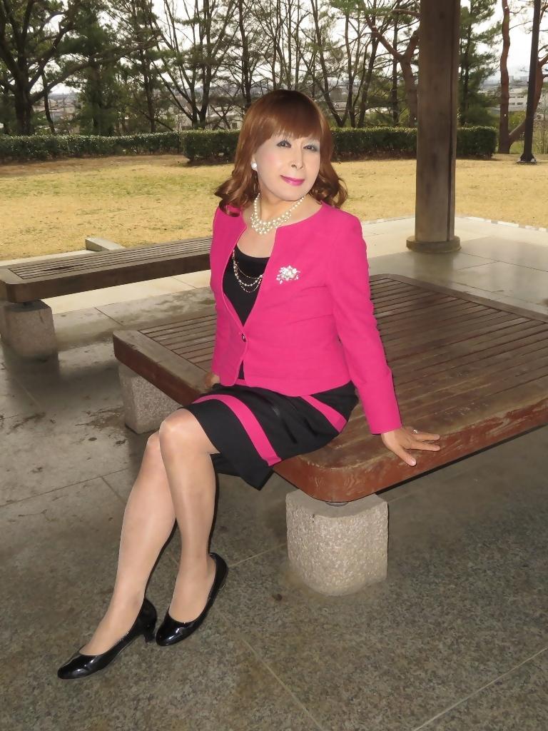 ピンクと黒のスーツ公園B(6)
