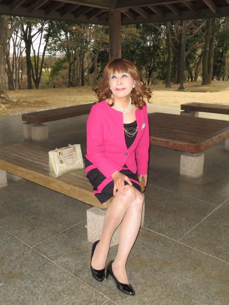 ピンクと黒のスーツ公園B(4)