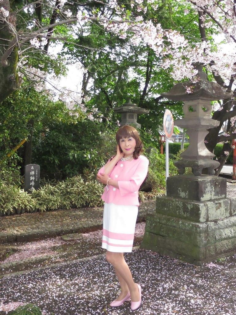 ピンクスーツ寺院前(1)