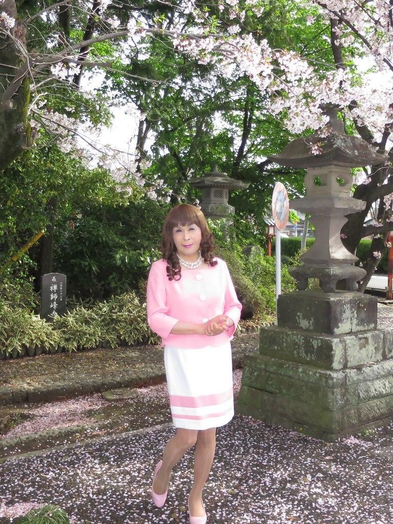 ピンクスーツ寺院前(2)