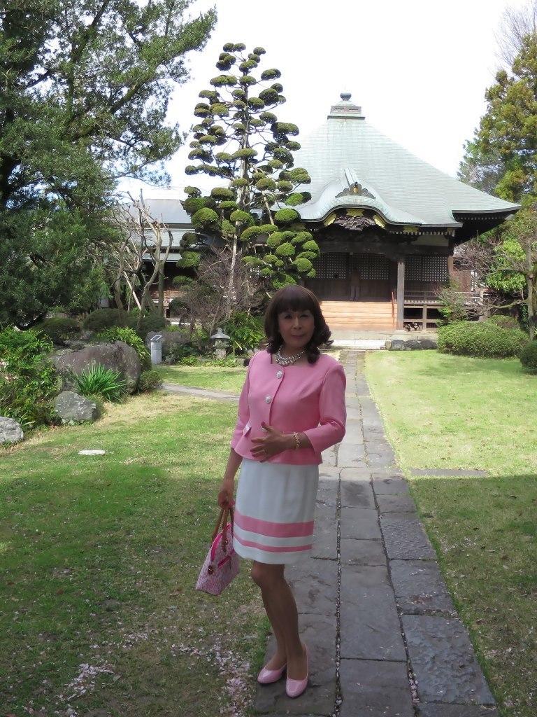 ピンクスーツ寺院前(6)