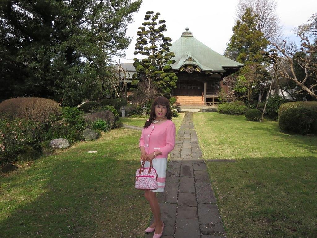ピンクスーツ寺院前(7)