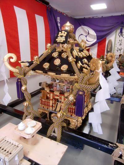 山谷の駒札を掲げた町会神輿 ①