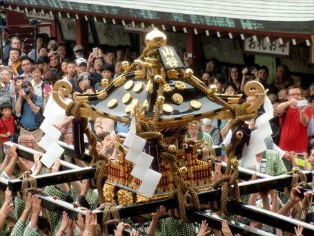 山谷の駒札を掲げた町会神輿が渡御 ②