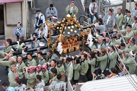 町会神輿が山谷を渡御
