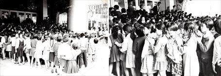路傍の石試写会の開場を待つ子どもたち ①&②
