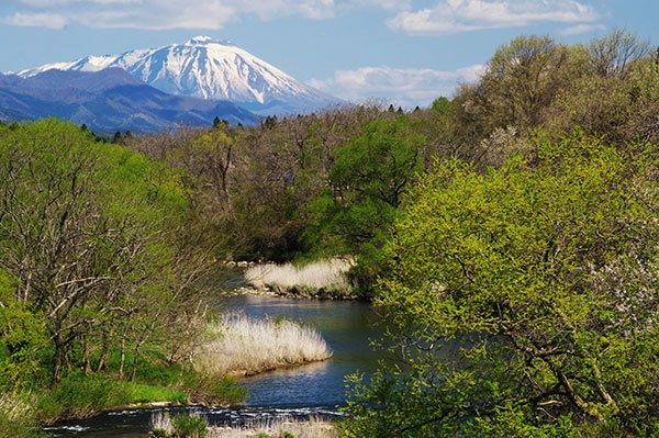 花巻市高木の猿ケ石川と岩手山