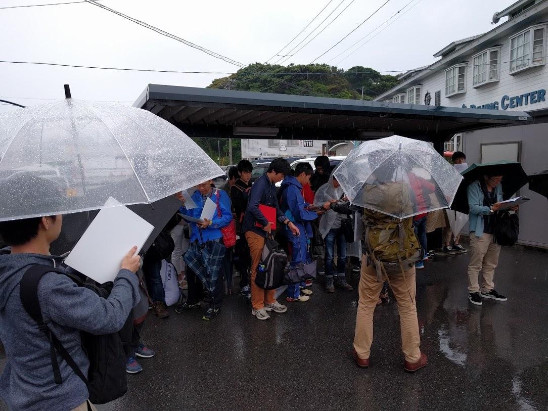 土砂降りの雨の中の城ヶ島巡検TA 城ヶ島バス停